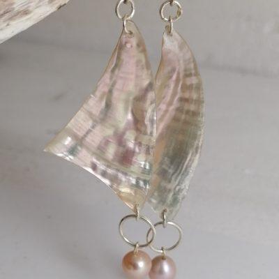 """Boucles d'oreilles """"VOILES"""" en nacre d'ormeau et perle de moule d'eau douce-01"""