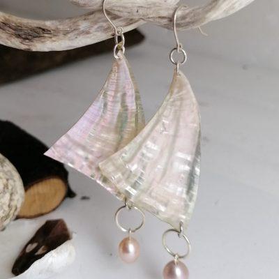 """Boucles d'oreilles """"VOILES"""" en nacre d'ormeau et perle de moule d'eau -03"""