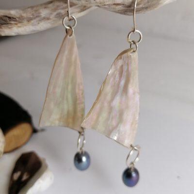 """Boucles d'oreilles """"VOILES"""" en nacre d'ormeau et perle de moule d'eau douce-05"""